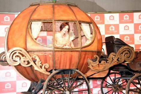 かぼちゃの馬車に乗る女